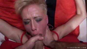 امرأة شقراء ناضجة تتعرض للضرب على القطع وعلى الوجه