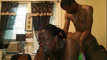 زوجان من السود متحمسون للغاية ويريدون ممارسة الجنس معها بشدة