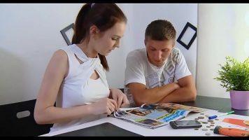 زوجان شابان يختاران الموقع الذي يريدان التسجيل فيه
