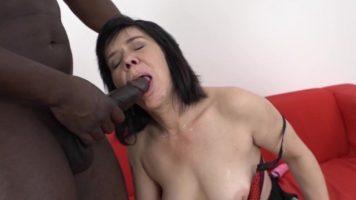 ناضجة سمراء الكلبة مع الثدي الصغيرة التي مارس الجنس في الحمار