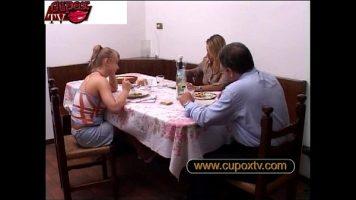 تحول العشاء إلى لعبة جنسية جماعية مع عاهرات قرنية