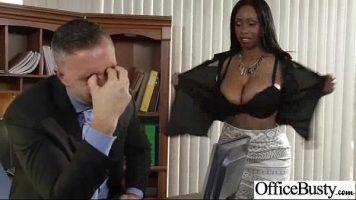 مدير يخلع ملابس ممرضة ويضع يدها على ثدييها الضخمين