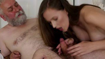 رجل كبير في السن ذو الشعر الأبيض يمارس الجنس مع نار شابة جميلة