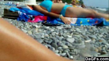 الشابة التي تذهب إلى الشاطئ للعراة لتذهب إلى الشاطئ بدون حمالة صدر