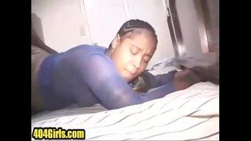 امرأة سوداء بقطع كبيرة يسحبها رجل في الديك