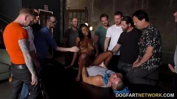 حفلة جماعية مع الكثير من الجنس الفموي والجنس في جميع المواقف