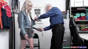 الشابة التي يشتبه في قيامها بسرقة بعض الملابس عارية