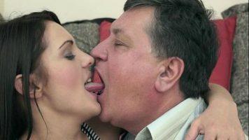امرأة سمراء الكلبة التي تتقاضى أجرًا مقابل ممارسة الجنس مع رجل ناضج