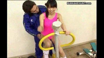 الفتاة الآسيوية النحيفة التي تحب تدليك ثديها أثناء خلع ملابسها