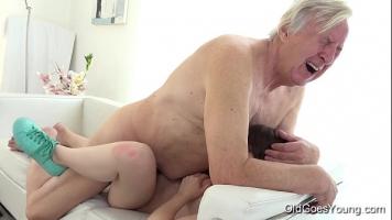 امرأة سمراء صغيرة الثدي تمتص قضيب رجل عجوز