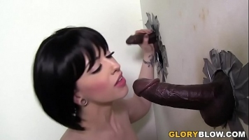 يمارس الجنس الفموي مع رجل أسود مع قضيب سميك يضع قضيبه في حفرة