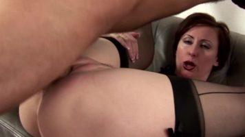 امرأة عجوز مع أب كبير يوافق على ممارسة الجنس مع شاب