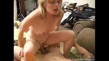 إنها موشومة على ثديها ومقتنعة بممارسة الجنس مع رجل مجهول