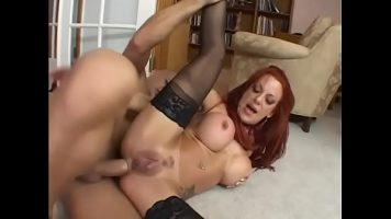 مارس الجنس في الحمار من قبل رجل موهوب جدا امرأة حمراء الشعر ناضجة مع الثديين