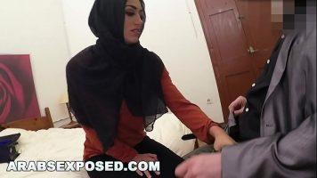 العربي يتلقى الكثير من المال لكي يمارس الجنس بقوة في الفم