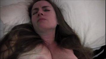 لديها ثدي كبير جدا وحلمات قرنية للغاية وهي تحب مص القضيب