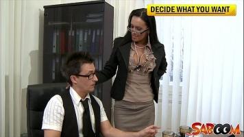 وصل إلى مكتب رجل يرتدي نظارة على وجهه ليتم التعرف عليه