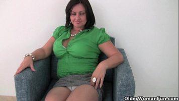 امرأة سمراء مع ثديين فضفاضين تستعدان بوسها لكي يستغل من قبل رجل
