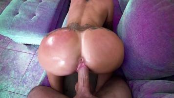 يمسك أردافها عندما يجلس عليها ويضربها بشدة