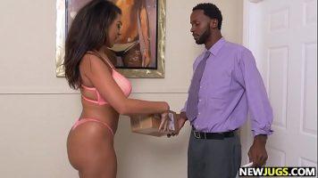 إنها بحاجة إلى رجل موهوب يمكنه كسب المال في المنزل للحصول على زوجها