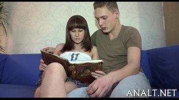 ترتدي تنورة قصيرة جدًا وتقرأ كتابًا مع صديق