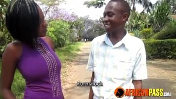 إنه يمتص ديك أفريقي ليس كبيرًا جدًا ولكنه يحب ذلك