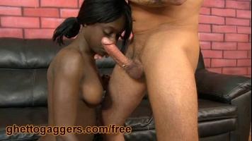 رجل أبيض طويل القامة يمارس الجنس الفموي مع فتاة سوداء