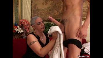امرأة عجوز بصدر رخو شديد مع وجود الكثير من الشعر على كسها