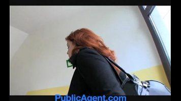 معلقة في الشارع ، يستقبلها طفل مفلس من الخلف على مؤخرتها