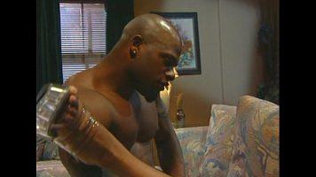 رجل قوي مليء بالوشم يمارس الجنس عن طريق الفم مع صديق