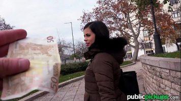 الفتيات اللطيفات اللواتي يتلقين المال في الشارع للحفاظ على العلاقات