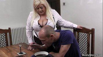 امرأة شقراء مع وشم على قطع سمينة جدا تمارس الجنس
