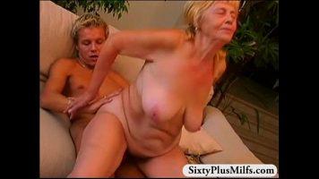 امرأة شقراء قديمة جدا مع تراجع اللعنة
