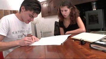 صبي وفتاة يؤدون واجباتهم المدرسية في الرياضيات