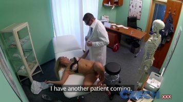 الخير الأشقر الذي يأتي إلى فحص المهبل عند طبيب يرتدي نظارات ويضعها