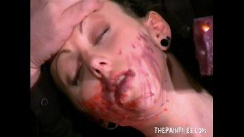 امرأة توافق على الجلوس عارية وتسكب الشمع على وجهها بدونها