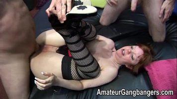 امرأة عجوز معتادة على الديك الخطير بين ساقيها
