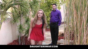 الفتاة الشقراء تفاجأ من قبل عميل يريد ذلك