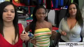 الفتيات السحاقيات اللاتي يحاولن ارتداء الملابس الفاخرة ويريدن الحصول عليها