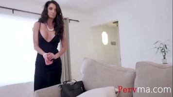 يلتقي ديك شاب جيد يقترح منحها بعض المال مقابل ممارسة الجنس