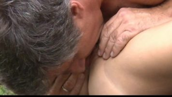 يأخذ صديقته إلى العراء ويبدأ في تقبيلها