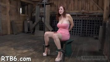 الخادمة ذات الكعب على قدميها والتي يمارسها رجل علقها بشدة