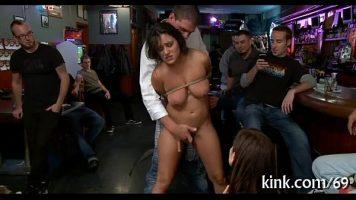 في حانة هي أيضًا ملهى ليلي ، يتم إحضار امرأة شابة جميلة ذات كعوب ذات ثدي كبير