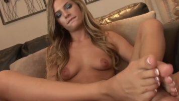 العاهرة التي تضع شريكها في لعق ساقيها قبل ممارسة الجنس