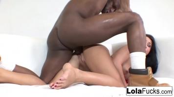 امرأة سمراء مجهزة ضربات سوداء