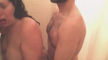 يمارس الجنس مع زوجته عندما تستحم من الخلف وتصرخ بصوت عال