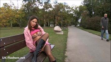 هذه الشابة ذات الصدور الصغيرة لا تشعر بالحرج عندما تأتي على مقعد في حديقة