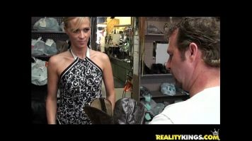شقراء مارس الجنس في ورشة الملابس