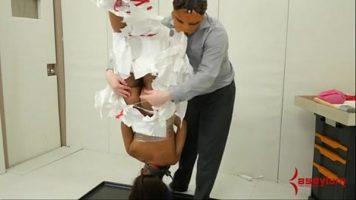 لديه امرأة سمراء معلقة رأسًا على عقب ويمكنه فعل أي شيء لها