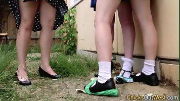 اثنين من العاهرات الصغيرات اللواتي يرغبن في تلقي الألسنة في كس